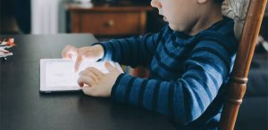 Copiii, somnul şi ecranele - Cum, de ce şi ce e de făcut