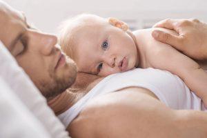 20 de fotografii drăguțe cu tați fericiți și bebelușii lor